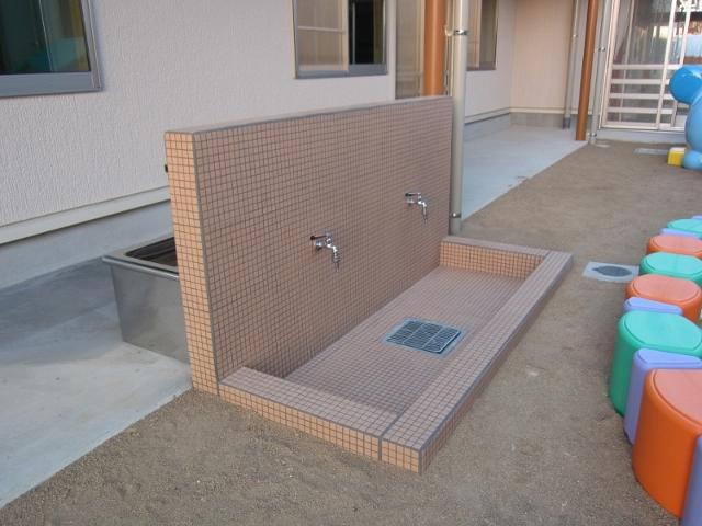 足洗い場です。後ろには手洗い場もあります(^^)